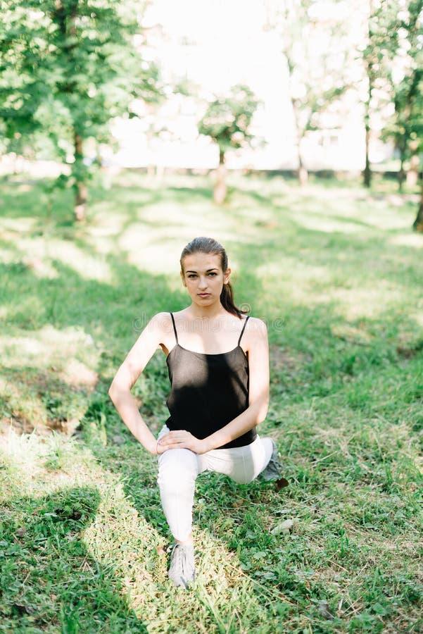 Giovane bella ragazza che fa yoga all'aperto nel parco fotografia stock libera da diritti