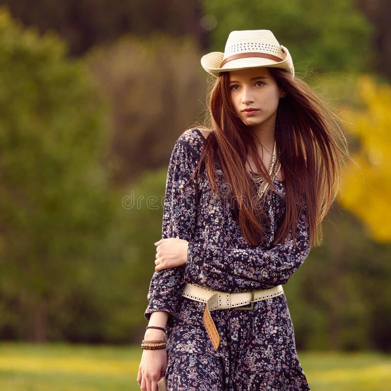 Giovane bella ragazza con capelli lunghi fotografie stock libere da diritti