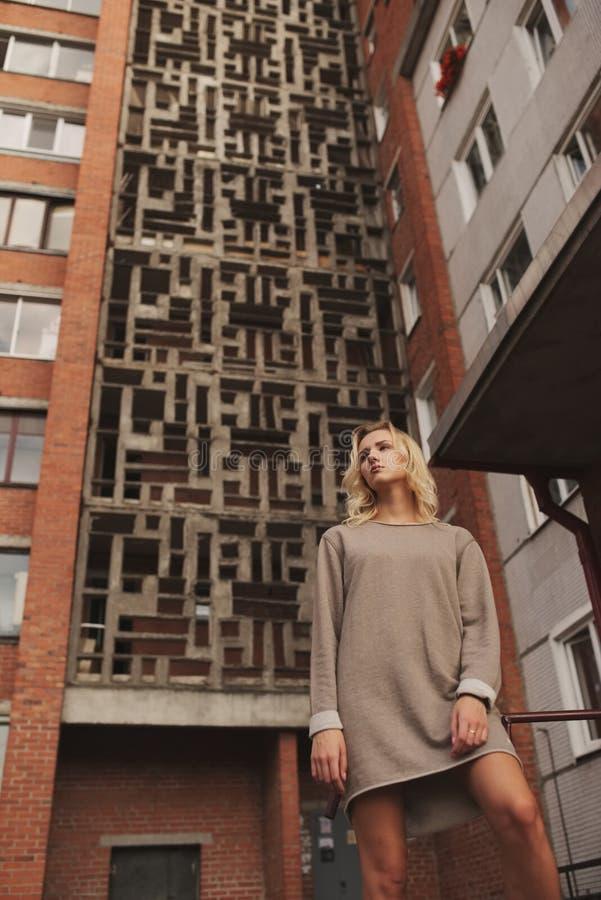 Giovane bella ragazza con fondo urbano fotografia stock libera da diritti
