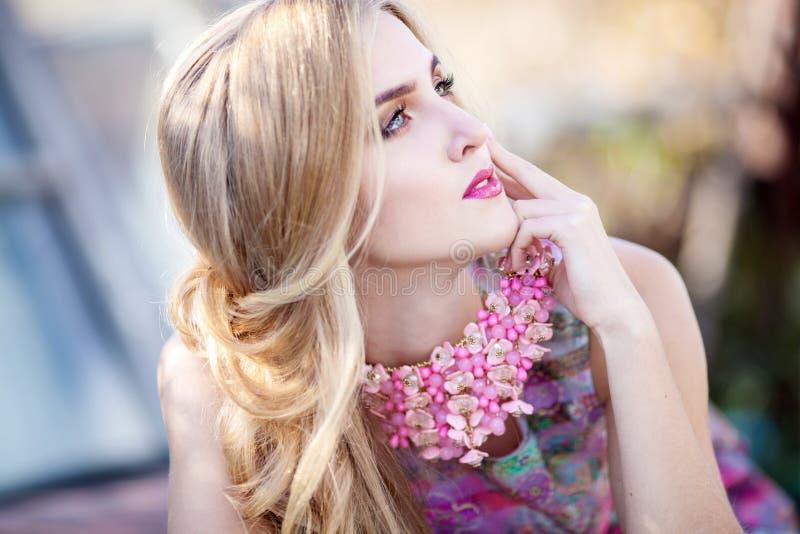 Giovane bella ragazza con gioielli alla moda in natura fotografia stock libera da diritti