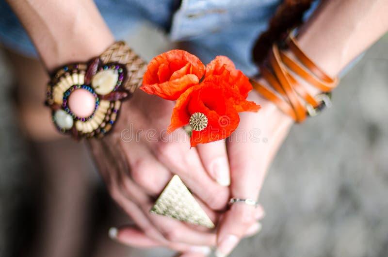 Giovane bella ragazza con i fiori rossi del papavero immagini stock