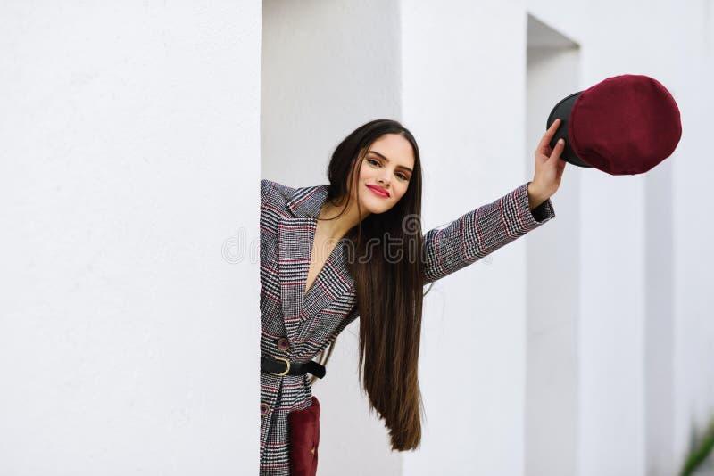 Giovane bella ragazza con il cappotto d'uso di inverno dei capelli molto lunghi immagini stock libere da diritti