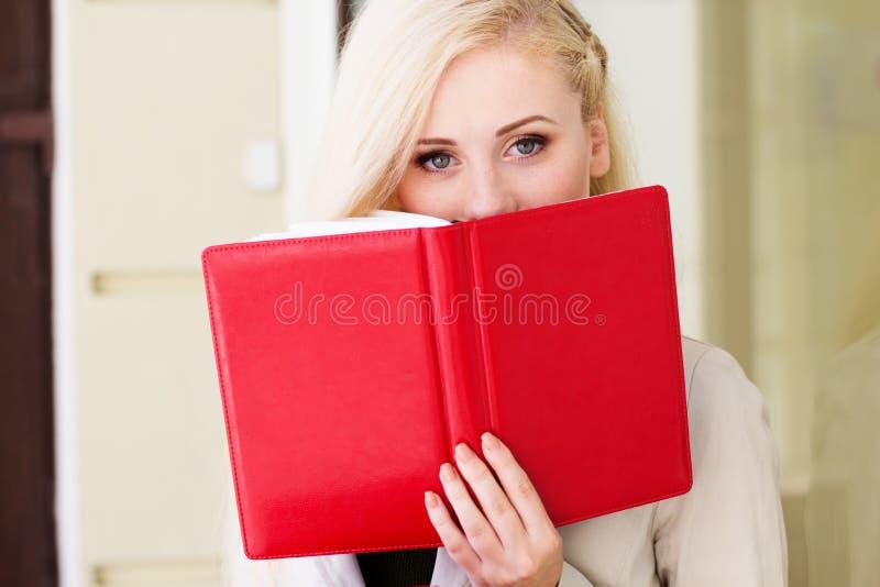 Giovane bella ragazza con libri immagine stock