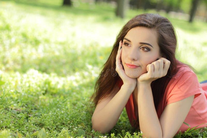 Giovane bella ragazza sorridente in parco verde con il emotio differente fotografia stock