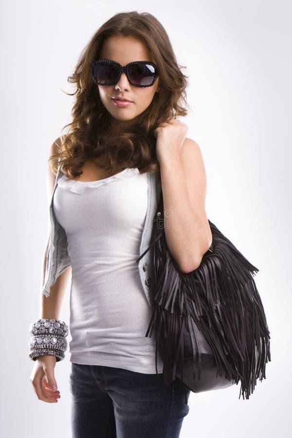 Giovane bella ragazza teenager bionda con gli occhiali da sole immagine stock