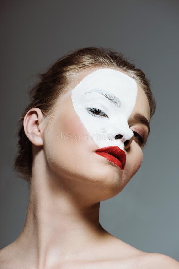giovane bella ragazza teenager con bodyart bianco creativo sul fronte, immagine stock libera da diritti
