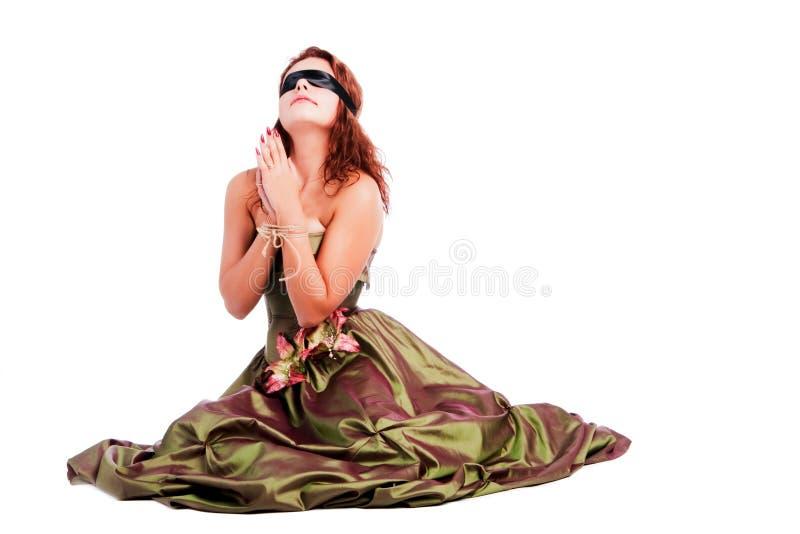Giovane bella ragazza in vestito che prega fotografia stock libera da diritti
