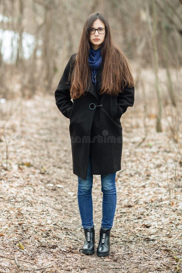 Giovane bella ragazza in vetri blu di una sciarpa del - Immagine di una ragazza a colori ...