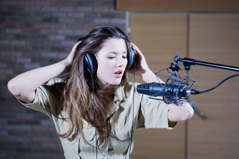 Giovane bella retro donna che registra il suono fotografia stock