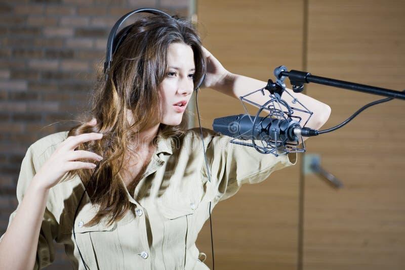 Giovane bella retro donna che registra il suono fotografie stock libere da diritti