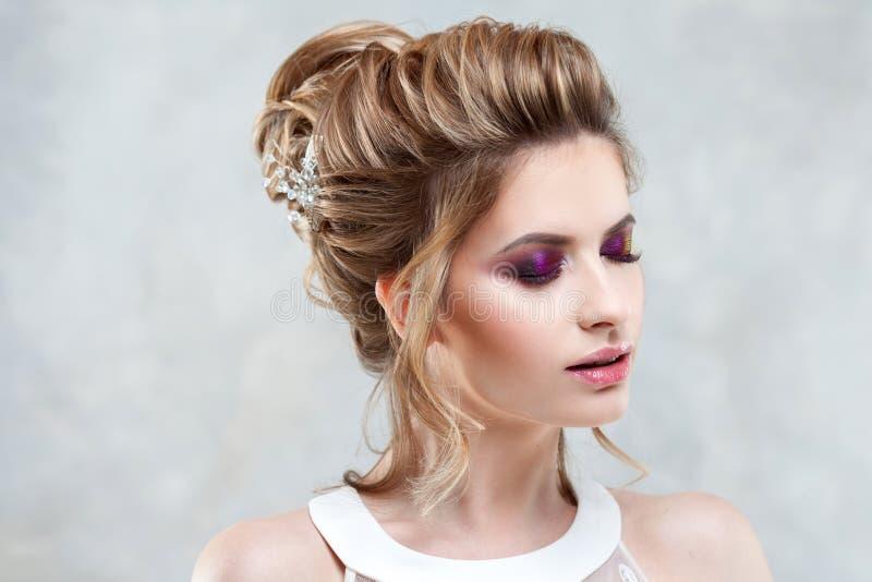 Giovane bella sposa con un'alta pettinatura elegante Acconciatura di nozze con l'accessorio in suoi capelli immagine stock libera da diritti