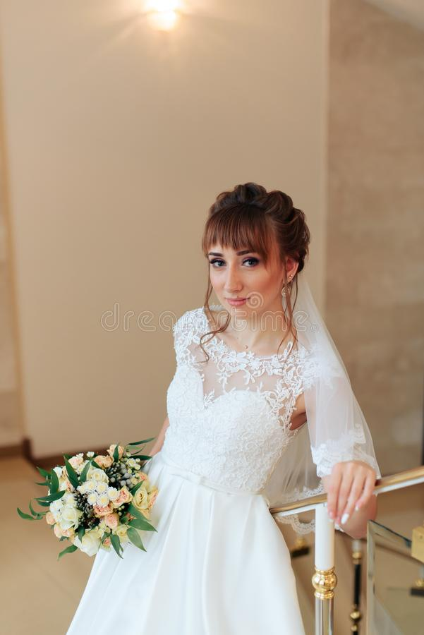 Giovane bella sposa nell'interno costoso, giorno delle nozze 1 fotografia stock