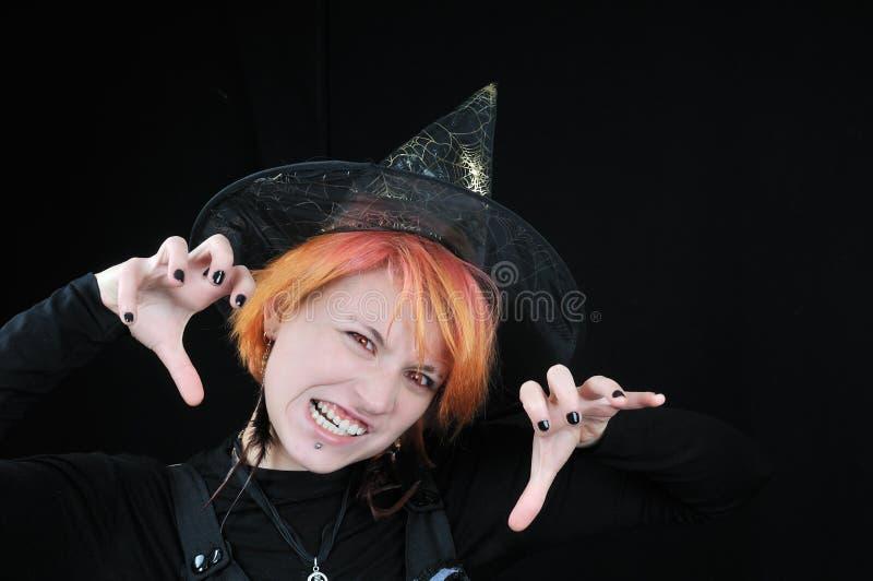 Giovane bella strega furiosa di Halloween fotografia stock libera da diritti
