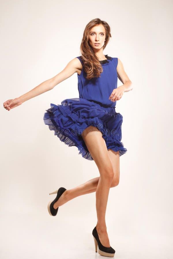 Giovane bellezza con il vestito da volo fotografia stock libera da diritti