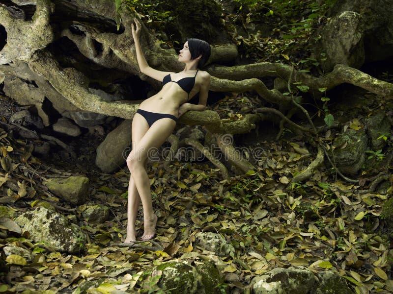 Giovane bellezza del brunette in una foresta tropicale immagini stock