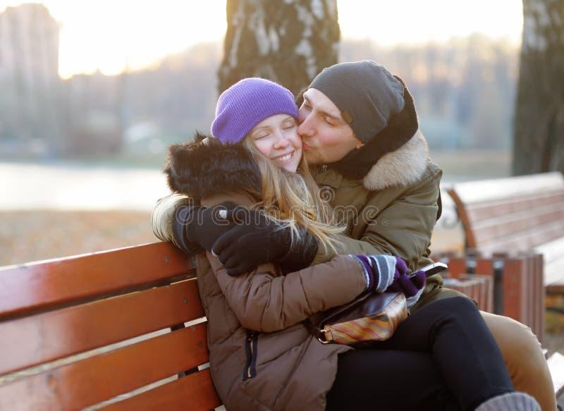 Giovane bello abbraccio delle coppie fotografia stock libera da diritti