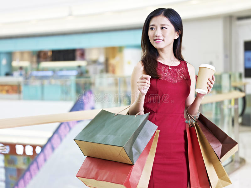 Giovane bello acquisto asiatico della donna nel centro commerciale fotografia stock libera da diritti