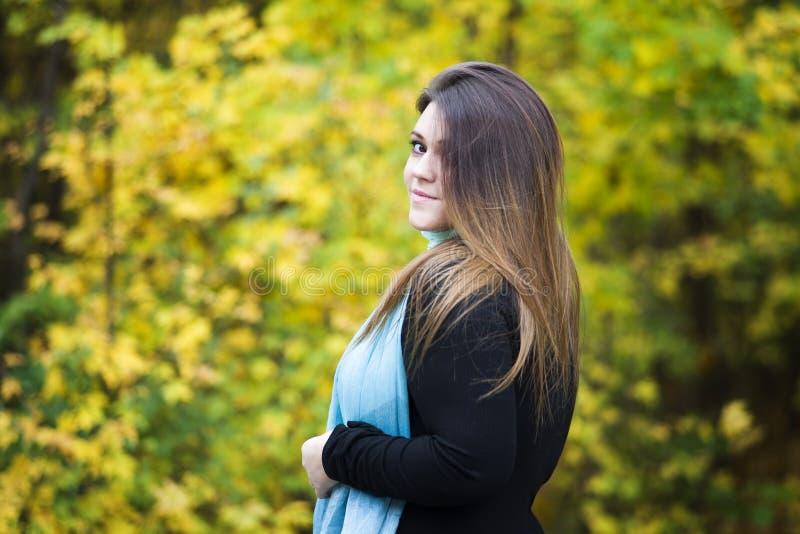 Giovane bello caucasian più il modello di dimensione in vestito nero all'aperto, donna del xxl sulla natura, atmosfera di autunno immagini stock libere da diritti