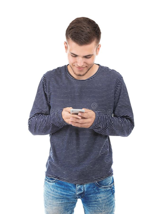Giovane bello con il telefono cellulare su fondo bianco immagini stock libere da diritti
