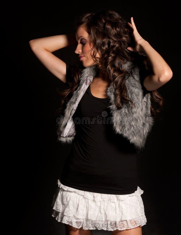 Giovane bello dancing della ragazza sulla priorità bassa nera fotografia stock