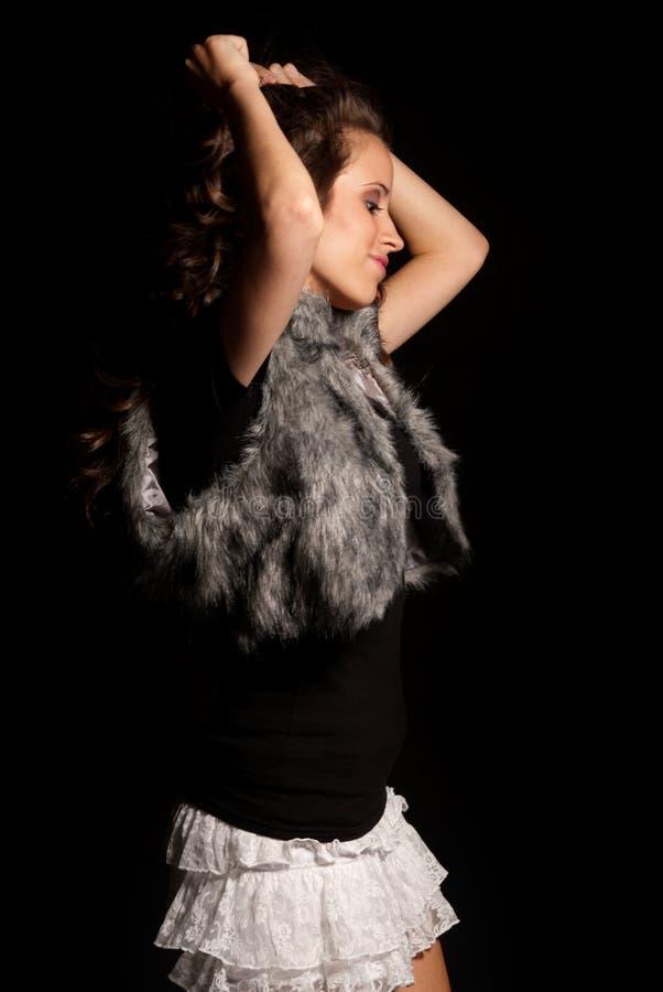 Giovane bello dancing della ragazza sulla priorità bassa nera fotografie stock libere da diritti
