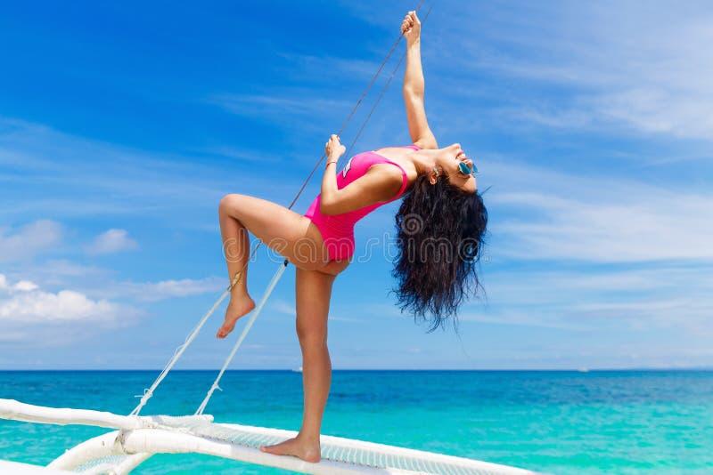 Giovane bello divertiresi castana su una spiaggia tropicale sulla s immagini stock libere da diritti