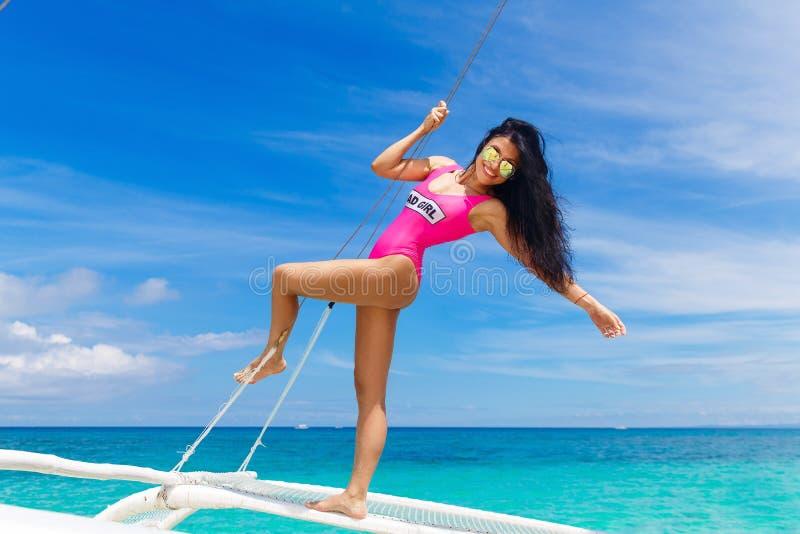 Giovane bello divertiresi castana su una spiaggia tropicale sulla s fotografia stock