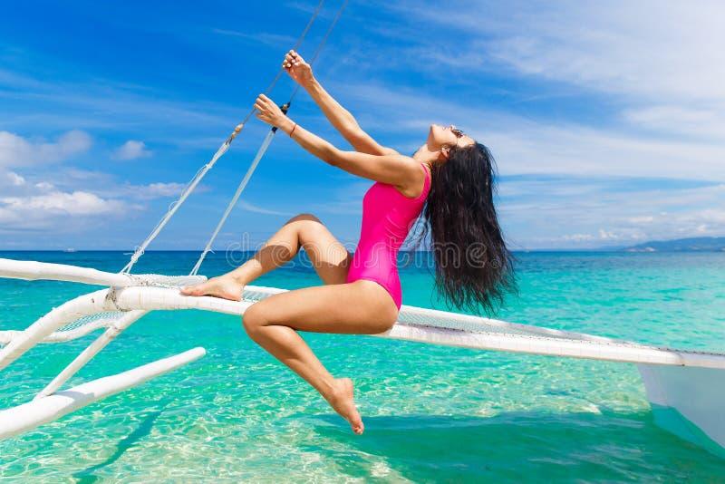 Giovane bello divertiresi castana su una spiaggia tropicale sulla s fotografia stock libera da diritti