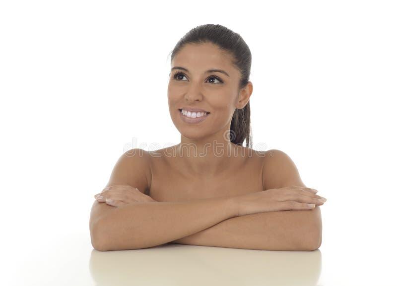 Giovane bello e sorridere ispanico esotico della donna felice e rilassato isolato su bianco fotografia stock libera da diritti