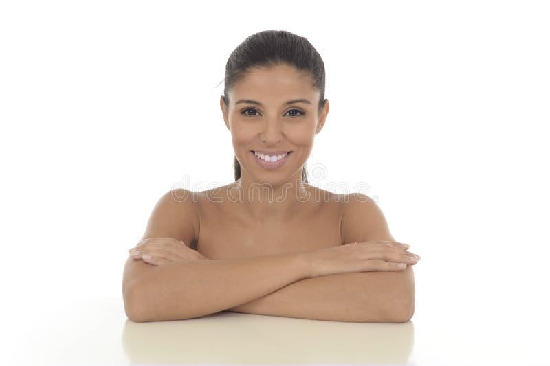 Giovane bello e sorridere ispanico esotico della donna felice e rilassato isolato su bianco immagini stock