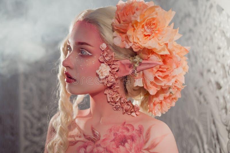 Giovane bello elfo della ragazza Trucco e bodyart creativi fotografia stock libera da diritti