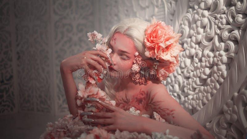 Giovane bello elfo della ragazza Trucco e bodyart creativi immagini stock