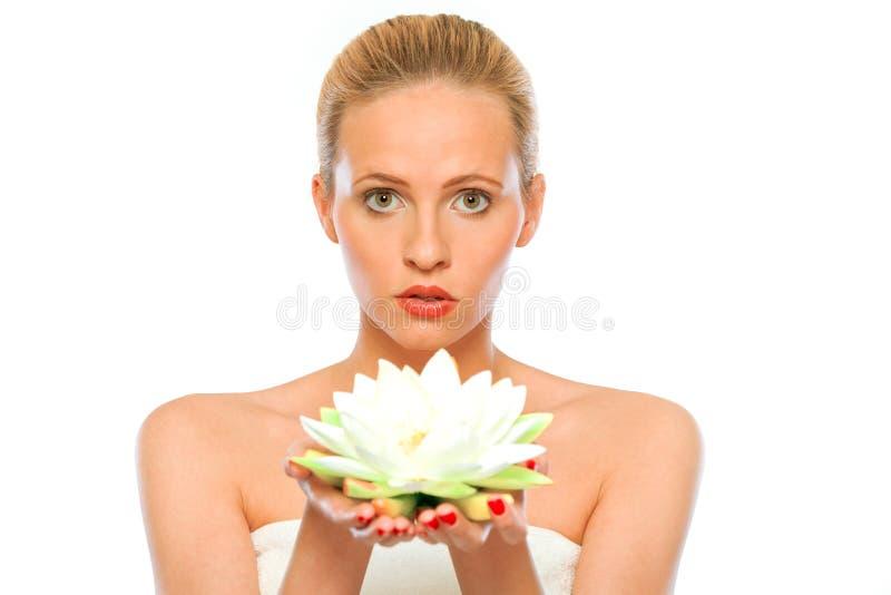 Giovane bello fiore di loto della holding della donna a disposizione immagine stock libera da diritti