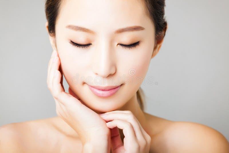 Giovane bello fronte asiatico della donna del primo piano immagini stock