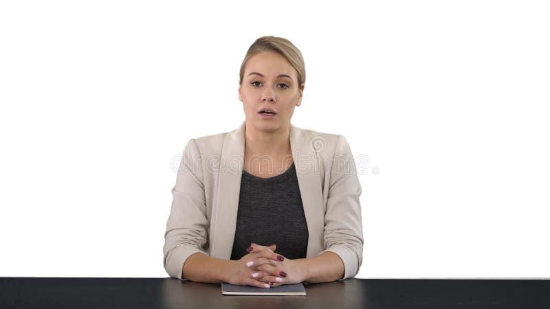 Giovane bello presentatore di televisione che dà un discorso, fondo bianco fotografia stock