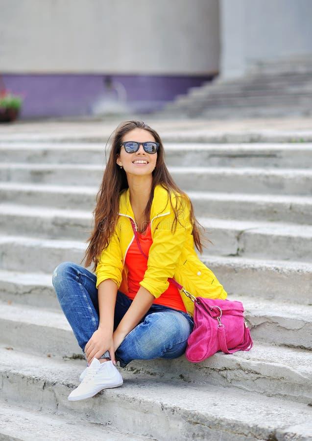 Giovane bello ritratto alla moda della ragazza all'aperto fotografia stock
