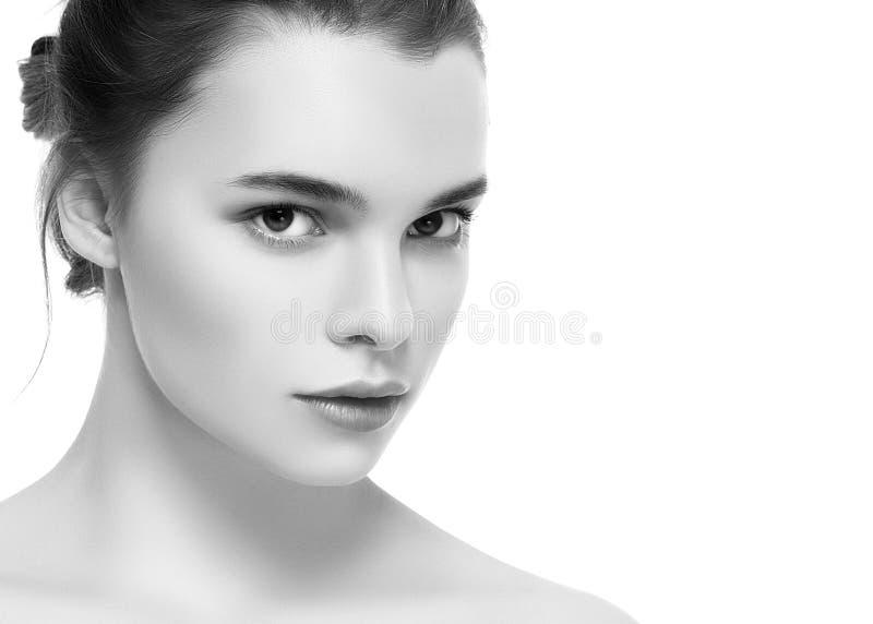Giovane bello ritratto del fronte della donna con il nero sano della pelle e immagine stock libera da diritti