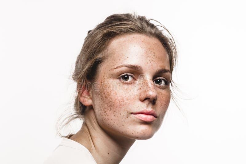 Giovane bello ritratto del fronte della donna delle lentiggini con pelle sana fotografie stock libere da diritti
