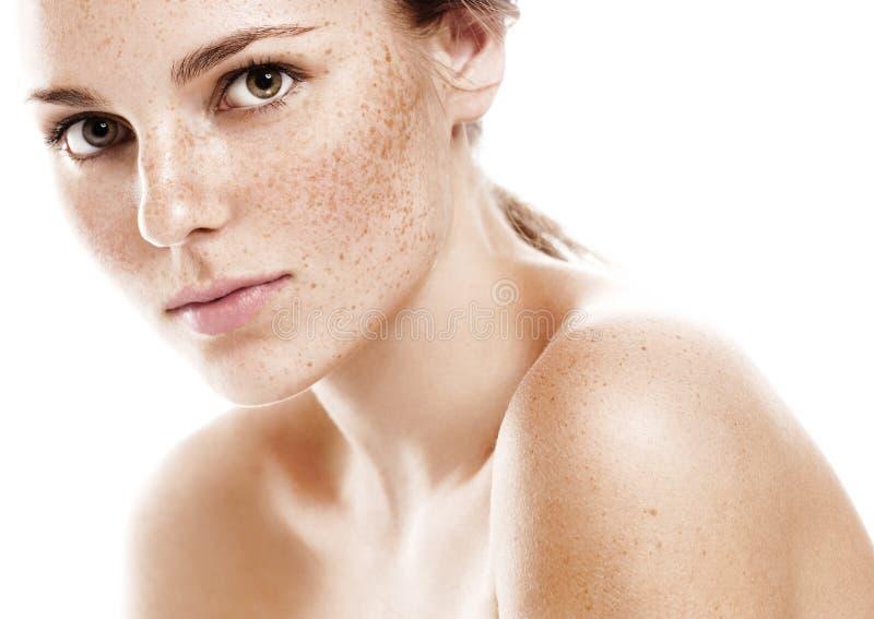 Giovane bello ritratto del fronte della donna delle lentiggini con pelle sana fotografia stock libera da diritti