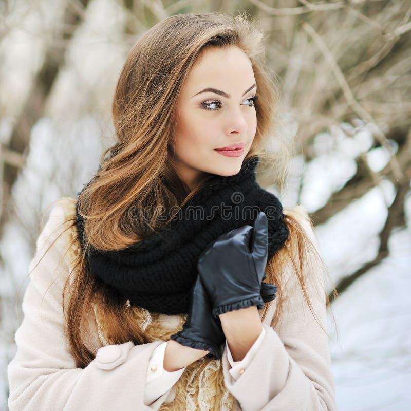 Giovane bello ritratto della ragazza - all'aperto immagini stock
