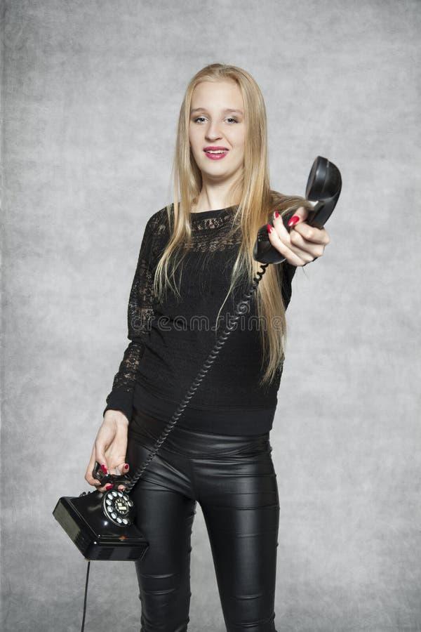 Giovane bello segretario dà il telefono fotografia stock