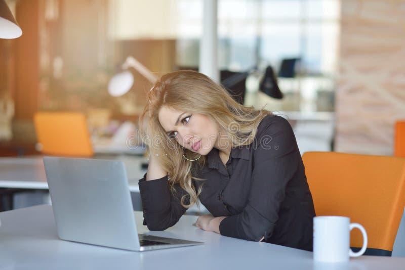Giovane bello sforzo latino occupato di sofferenza della donna di affari che lavora al computer di ufficio fotografie stock libere da diritti