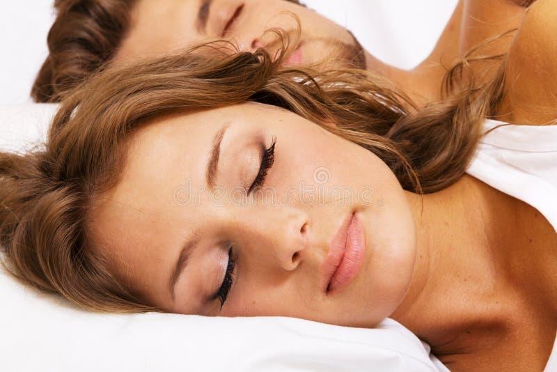 Giovane bello sonno delle coppie fotografia stock