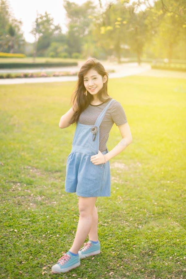 Giovane bello sorriso della donna in autunno immagini stock