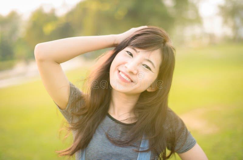 Giovane bello sorriso della donna in autunno immagine stock libera da diritti