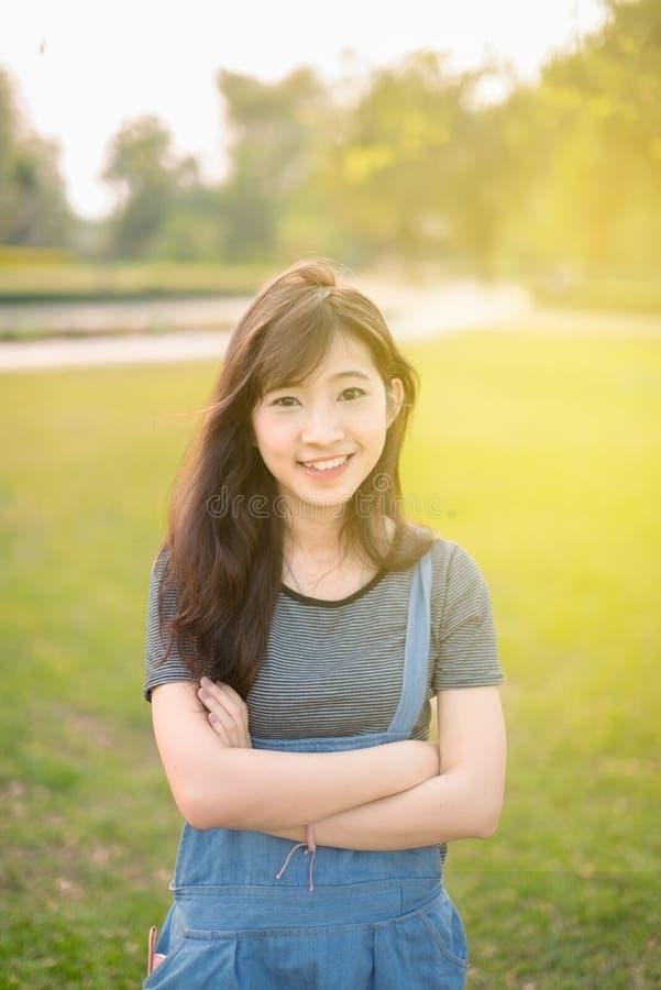 Giovane bello sorriso della donna in autunno immagini stock libere da diritti