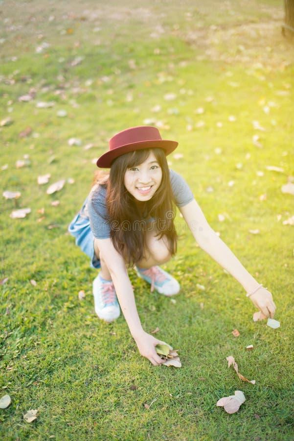 Giovane bello sorriso della donna in autunno fotografia stock