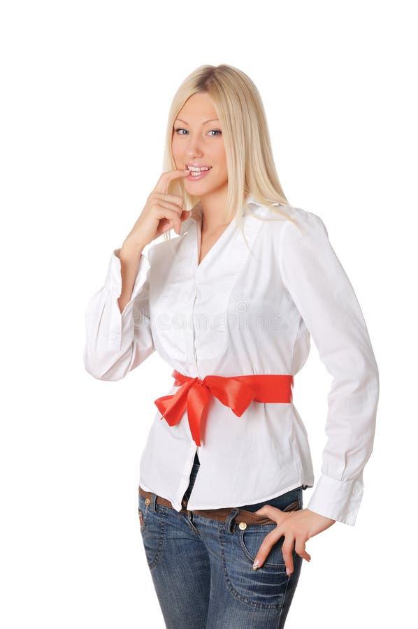 Giovane bionda affascinante in una camicia bianca fotografie stock libere da diritti