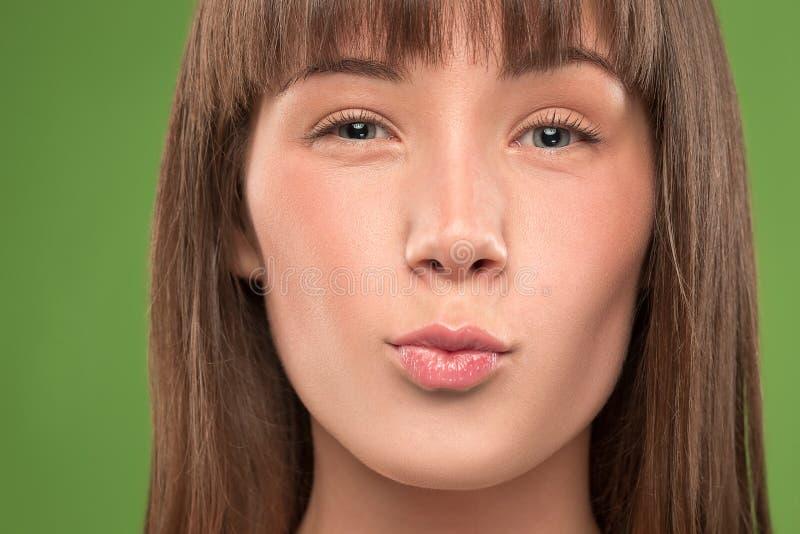 Giovane bionda del bello della donna ritratto del fronte con il bacio lungo dei capelli immagini stock