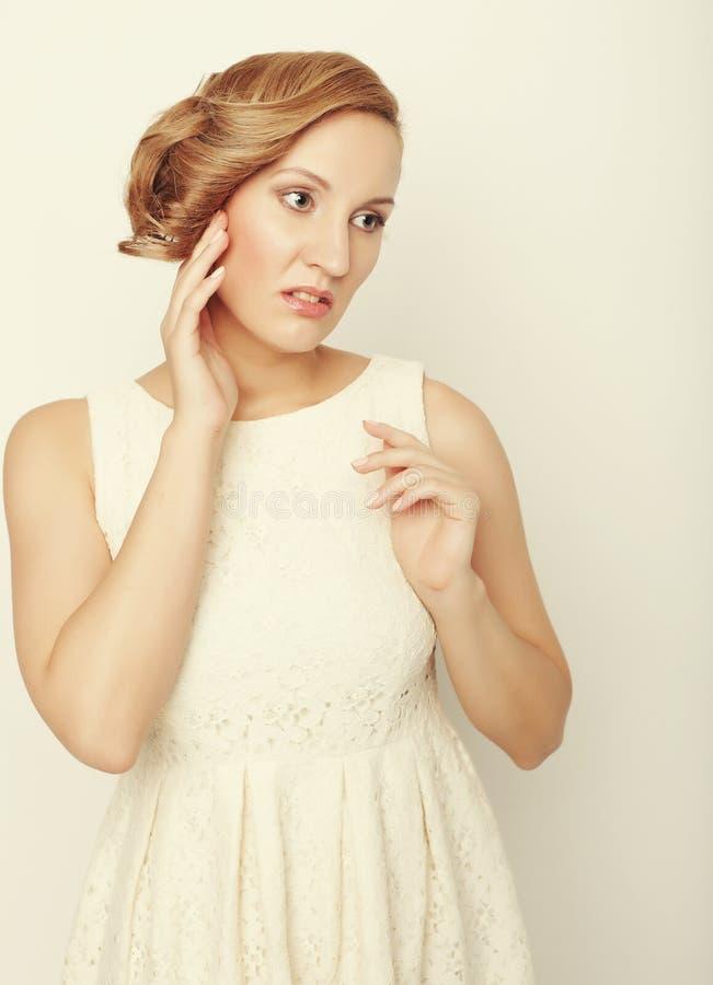 Download Giovane Bionda Nella Posa Bianca Del Vestito Immagine Stock - Immagine di femminilità, felice: 55358095